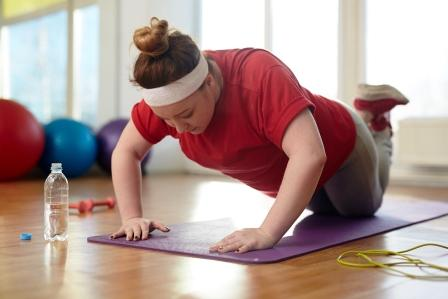 tučná žena cvičí na podložke