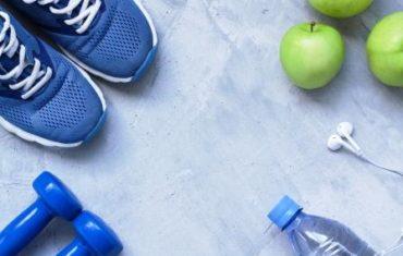 sportove vybavenie s jablkom a vodou
