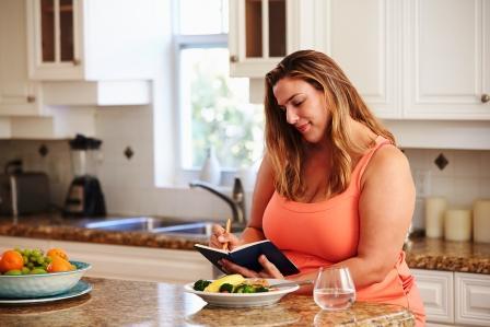 tucna zena si zapusuje stravovaci plan na chudnutie