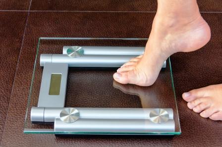 žena stúpa na váhu - chudnutie