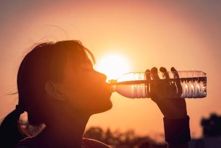 Žena pije vodu z fľaše