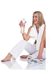 žena s fľašou vody