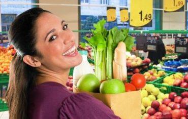 zena v obchode vybera potraviny na chudnutie