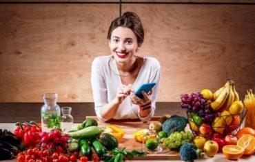 usmiata zena ma pred sebou zeleninu na chudnutie