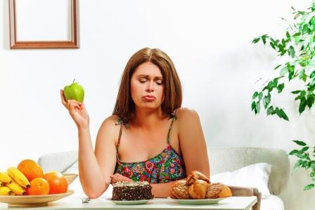 chudnutie - pokusenie - zena sa rozhoduje medzi ovocim a sladkym