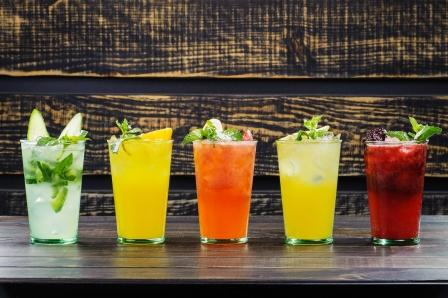 ovocne napoje v poharoch ozdobene ovocim