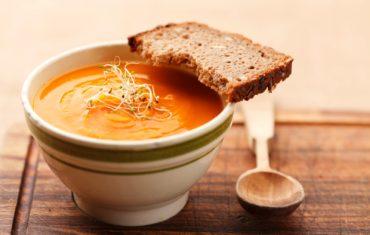 tekvicova polievka v miske