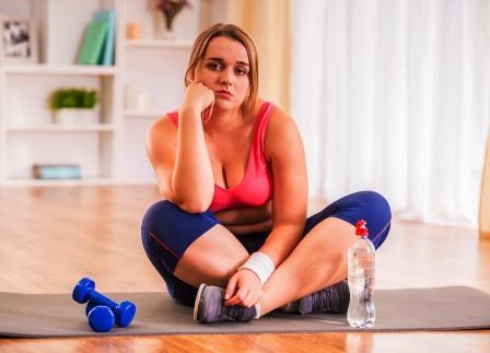 neuspech pri chudnuti, zena je smutna ze sa jej nedari chudnut