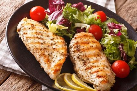 Obed grilovane kurca so salatom